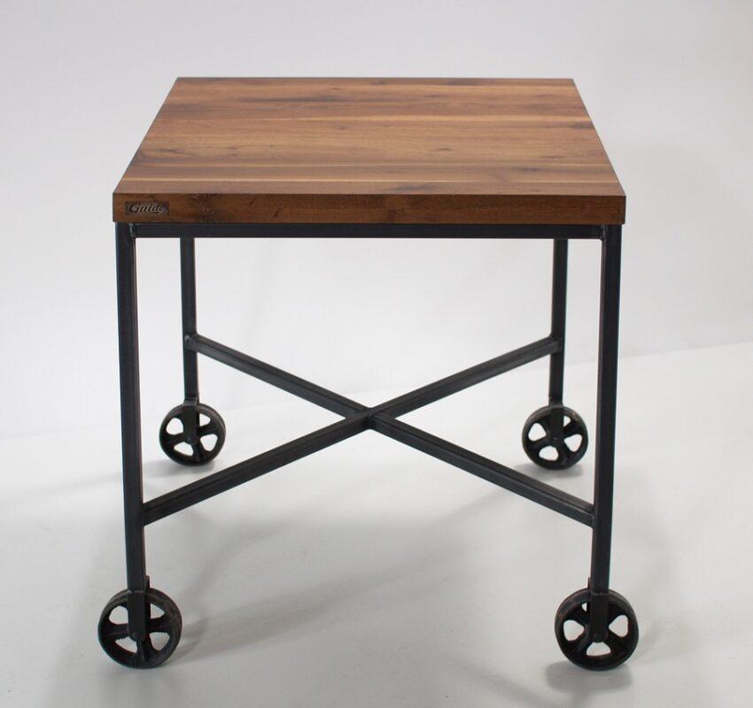 Industrialny stół na żeliwnych kółkach