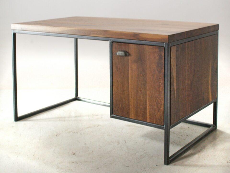 Dębowe biurko z szafką na stalowej ramie