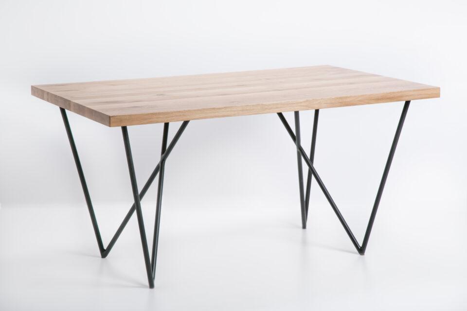 Dębowy stół industrialny w kolorze naturalnym na nogach ze stalowej rurki
