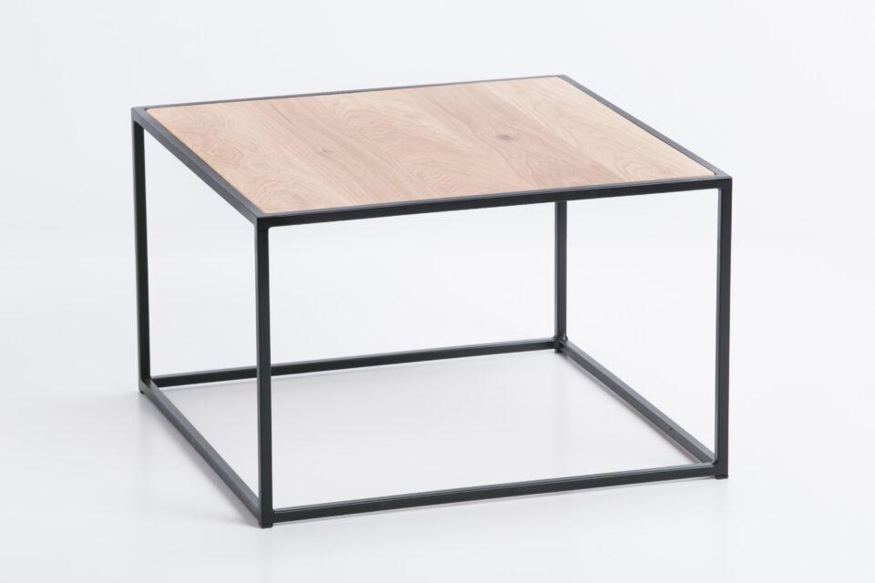 Lofotowy stolik kawowy z dębowym blatem oraz stalowymi nogami w kolorze czarnym