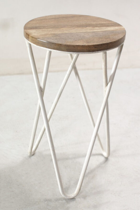 Industrialny stołek z siedziskiem z drewna mango oraz białymi nogami z giętego pręta