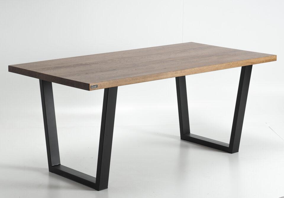Dębowy stół industrialny z czarnymi nogami ze stali