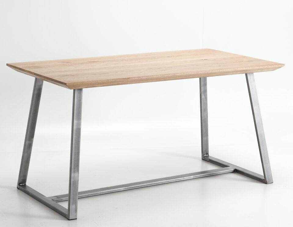 Dębowy stół na stalowych nogach w kolorze naturalnym