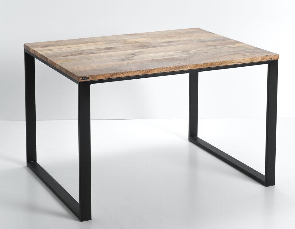 Industrialny stół z drewnianym blatem z drewna mango oraz stalowymi nogami w kolorze czarnym