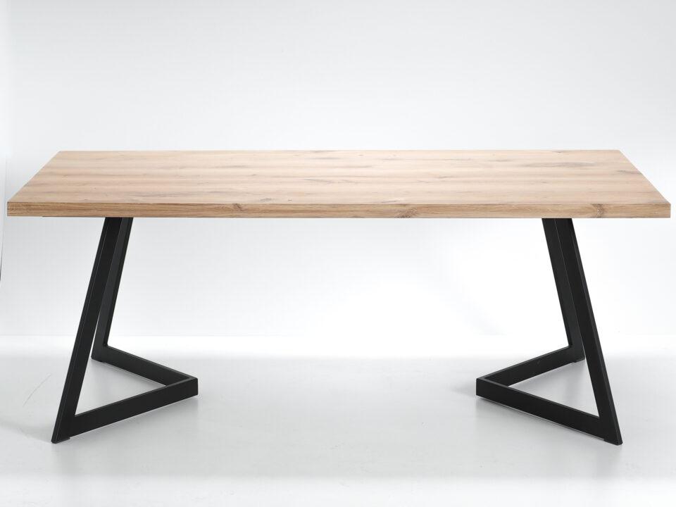 Loftowy dębowy stół z blatem 44 mm oraz stalowymi nogami w kolorze czarnym