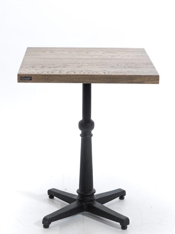 Dębowy stolik restauracyjny z postarzanym blatem na żeliwnej nodze